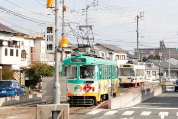 2020年12月12日 12時6分頃。鏡川橋。ハートラムが ごめんへ発車し、さらに1001の文殊通ゆき(右奥)も発車。そこへ610の いのゆき(中央)が到着。
