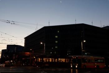 2020年12月12日 6時41分ころ。はりまや交差点。交差点の北西角から南東側を見てます。お空には下弦の月。