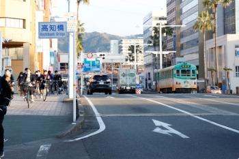 2020年12月12日 7時49分ころ。高知橋。土曜日でしたが銀輪部隊がありました(左)。右奥の電車は202の高知駅ゆき。