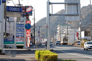2020年12月12日 14時3分頃。中山。八代行き違い場所を出発した803の いのゆき(右奥)が、赤信号で停車中?