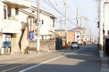 2020年12月12日 15時21分頃。曙町〜曙町東町。路面電車が走る狭い道へ戻ります。高知市中心部方向を見てます。乗用車が軌道敷内を走り、バスも通ってました。