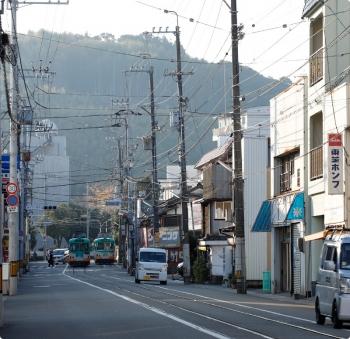 2020年12月12日 15時24分頃。朝倉で交換する いのゆきの603と610の文殊通ゆきを、曙町東町から遠望。