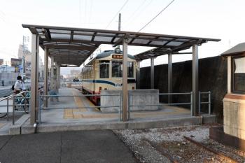 2020年12月12日。桟橋通五丁目。電車は214。下車した乗客が、前の駐輪場に止めてあった自転車に乗り込みます。