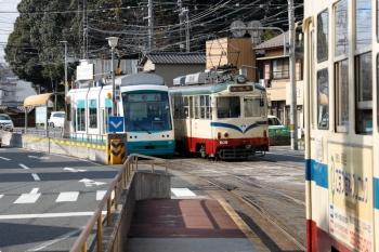 2020年12月12日 11時55分頃。鏡川橋。右手前は文殊通で転線中だった1001、奥左が乗車してきた101のハートラム、そして奥右が朝倉/伊野方面から到着する文殊通ゆき609。