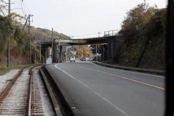 2020年12月12日 12時21分頃。咥内〜宇治団地前。朝倉(大学前)から、駅前を通り、国道386号線沿いの専用軌道区間に入り山(丘)を越えます。途中でJR土讃線をアンダークロスしたところです。