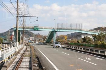 2020年12月12日 12時29分頃。伊野商業前〜北内。前日の早朝に続行運転を撮影したのがこの歩道橋です。右手はJR土讃線。