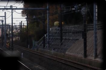 2020年12月13日。秋津〜所沢駅間。右側の法面が補強工事中。