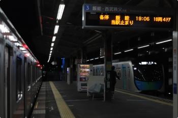 2020年12月16日。小手指。右が到着する40103FのS-TRAIN 501レ。左は、501レと接続待ちの東急4105Fの3703レ。