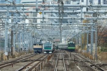 2020年12月19日 11時20分頃。高田馬場〜新大久保。山手線・内回りの車内から。西武10000系やE235系・E233系と並走するEF65-1104。