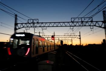2020年12月19日。練馬高野台。朝の明るい空の下、40151F(ドラえもん)の6558レが発車。