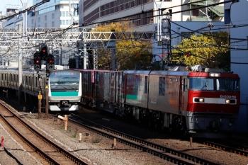 2020年12月20日。池袋〜目白。EH500-56牽引の3086レ(右)と埼京線のE233系下り列車。