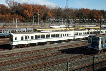 2020年12月20日 10時40分頃。狭山ヶ丘〜小手指。上り列車の車内から見た小手指車両基地。飯能方にいた4011F。