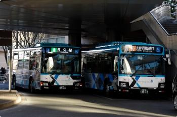 2020年12月20日 15時8分頃。大泉学園駅の南口のバス乗り場。待機中の新塗装の西武バスの横に、さらに新塗装のバスが到着しました。