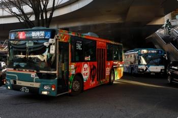 2020年12月20日 15時10分頃。大泉学園駅の南口のバス乗り場。待機中の新塗装の西武バスの横に、従来塗装の西武バスが到着(行き先表示は次のお仕事に変更済)。側面は車体広告で何が何やら。
