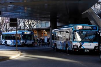2020年12月20日 15時14分頃。大泉学園駅の南口のバス乗り場。待機中の新塗装の西武バスの後ろに、さらにもう1台の新塗装の西武バスが到着。
