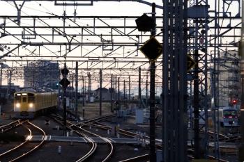 2020年12月21日 6時38分頃。所沢。上り線から下り本線を横断して6番線へ向かう2503Fの上り回送列車(左)。