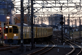 2020年12月21日 6時38分頃。所沢。上り線から下り本線を横断して6番線へ入る2503Fの上り回送列車。