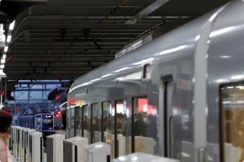 2020年12月21日 6時40分頃。所沢。4番ホームから発車した6157Fの上り回送列車(左奥)と、3番ホームへ到着する001-D編成の8レ。