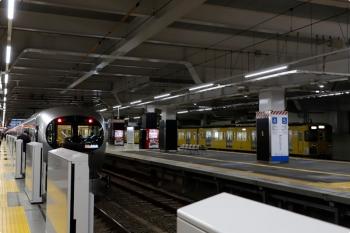 2020年12月21日 6時42分頃。所沢。6番ホームで折り返し待ちの2503Fの回送列車と、3番ホームへ到着した001-D編成の8レ。