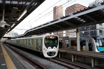 2020年12月22日 6時54分頃。小手指。2番ホームを通過する38113F+32106Fの上り回送列車(手前)と、1番ホームで発車を待つ40154Fの4552レ。
