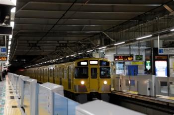 2020年12月22日 5時41分頃。所沢。2番ホームを通過する2453F+2061Fの新宿線・上り回送列車。
