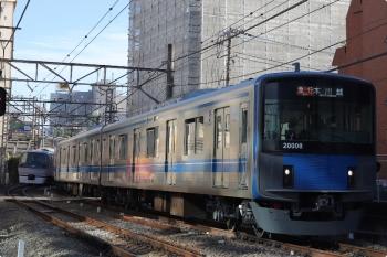 2020年12月25日。高田馬場〜下落合。20108Fの2643レ(右)と10111Fの120レ(左奥)。