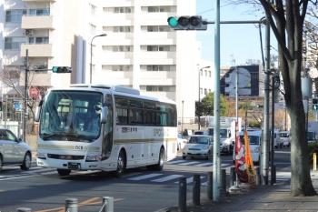2020年12月25日 12時半頃。高田馬場駅近くの新目白通り。日本中央バスの高速バスの回送。