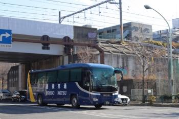 2020年12月25日 12時半頃。高田馬場駅近くの新目白通り。越後交通の高速バスの回送。