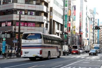 2020年12月26日 昼過ぎ。池袋駅前の明治通り。バスタ新宿ゆきの会津バス。