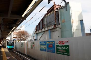 2020年12月27日。東村山。到着する40104Fの2642レ(左奥)と、橋上駅舎が取り壊されて残った階段(右)。