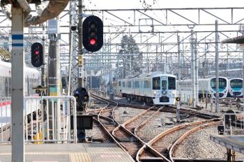 2020年12月27日。上石神井。4009F(52席)の下り列車(右奥)と10000系の118レ。