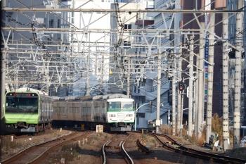 2020年12月29日 8時53分頃。恵比寿。通過した185系の3456Mと、山手線のE235系・外回り列車。