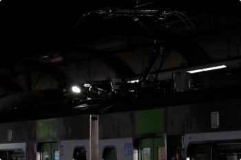 2020年12月29日 8時56分頃。恵比寿。屋根上の照明で架線を照らすE235系・第12編成。