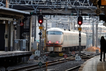2020年12月29日 9時10分頃。新宿。南へ発車した東武スペーシア100系。