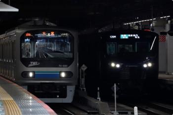 2020年12月29日 9時半頃。新宿。東京臨海高速鉄道70-000形の大宮ゆき(左)と、相鉄12000系の海老名ゆき129M。