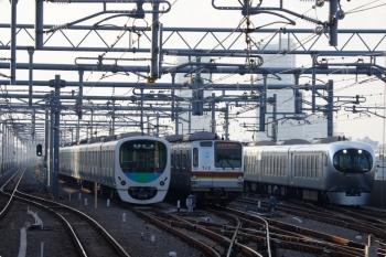 2020年12月30日。石神井公園。61S運用で6番線で折り返し待ちのメトロ7010F(中央)と、Laviewの30レ(右)、そして5番線で折り返しの30000系(左)。