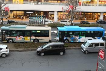 2020年12月30日 16時半頃。所沢。駅前に西武バスの旧塗装と新塗装が並んでました。