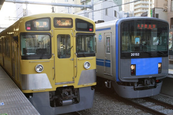 2013年1月2日、椎名町、右が20152Fの5423レ。