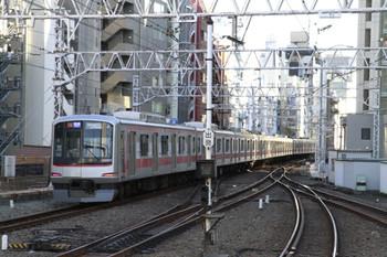 2013年1月27日、渋谷、「つながる」車体広告の東急5171Fの各停 元町・中華街ゆき。