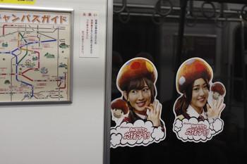 2013年3月4日、女の子の顔写真シールが側窓に貼られた20103Fの車内。
