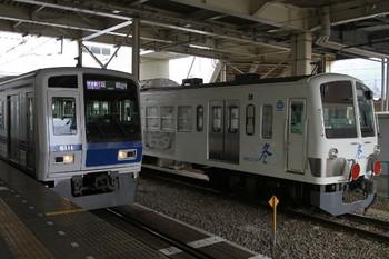 2013年4月6日、所沢、6番線で発車を待つ1253F。左は6111Fの1709レ。