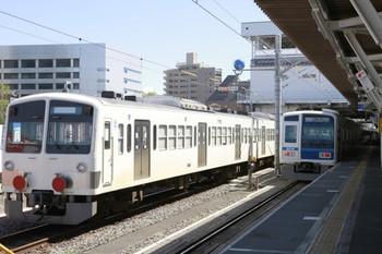 2013年4月7日、所沢、左が6番線に停車中の1245F+263F。