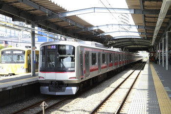 2013年4月14日、ひばりヶ丘、左が1番ホームに停車中の3003Fの下り回送列車。右は東急4103Fの1853レ。