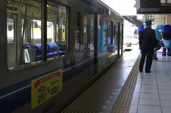 2013年4月27日 13時10分頃、池袋駅7番ホーム、手前が6155F。
