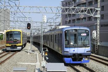 2013年4月28日、練馬高野台、左が東急4110Fの6807レ。右は横浜高速鉄道Y511Fの6752レ。