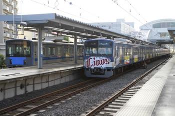 2013年5月12日、東長崎、5206レの車体広告入り3015Fと下り回送の20153Fの並び。
