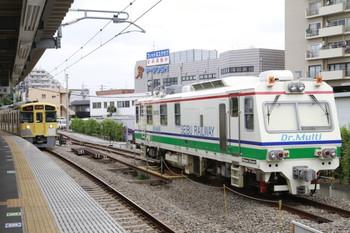 2013年6月6日、東長崎、左は4番ホームに到着する2077Fの5434レ。