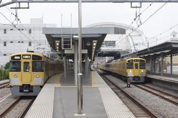 2013年6月2日、東長崎、左が2063Fの下り回送列車。右は2453F+2501F+2503Fの4105レ。