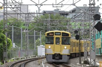 2013年6月22日、高田馬場~下落合、2527F+2517Fの2503レ。バックに側面が緑色の山手線E231系が見えます。