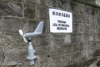 2013年6月22日、駅から近代文学館の途中にある横浜地方気象台の入り口。風速計(未使用)が置かれていました。